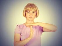 Porträt, Junge, die Frau, die Zeit heraus zeigt, gestikulieren mit Hand-isola Lizenzfreies Stockbild
