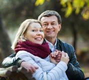 Porträt von angenehmen positiven älteren Paaren Stockfotos