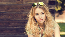 Porträt von Blondinen an der hölzernen Wand Stockfotografie