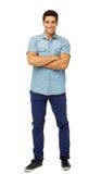 Porträt von den überzeugten junger Mann-stehenden Armen gekreuzt Stockfotos