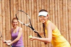 Porträt von den doppelten Tennispartnern, die Satz beginnen Stockfotografie