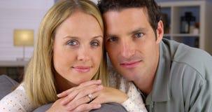 Porträt von den Paaren, die auf Couch liegen Stockbild