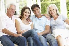 Porträt von den reifen Eltern, die mit herangewachsenen Kindern sich entspannen Stockfoto