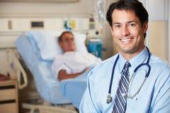 Porträt von Doktor With Patient In Background Stockfotografie