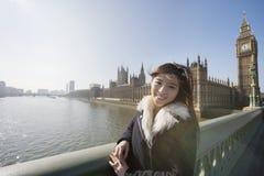 Porträt von glücklichem weiblichem touristischem Besuchs-Big Ben in London, England, Großbritannien Lizenzfreie Stockbilder