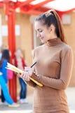 Porträt von Lehrer-In Playground With-Register Stockfoto
