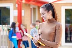 Porträt von Lehrer-In Playground With-Register Stockbilder