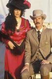 Porträt von männlichen und weiblichen Paaren während der alten historischen Westwiederinkraftsetzung Stockfotos
