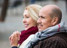 Porträt von positiven glücklichen reifen Paaren in der Stadt Lizenzfreies Stockbild