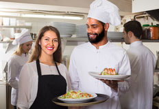 Porträt von positiven Küchenarbeitskräften Stockfotos
