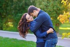 Porträt von schönen jungen Paaren in einem Park Stockbilder