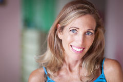 Porträt von Serene Woman Smiling Lizenzfreies Stockbild