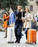 Porträt von Touristen mit Karte Stockbilder