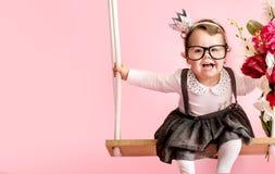 Porträt von tragenden Gläsern eines netten Kleinkindes Stockbilder