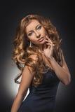 Porträt von wunderbaren jungen Blondinen mit dem langen Haar, das Kamera betrachtet Reizvolles Mädchen im blauen Kleid Stockfoto