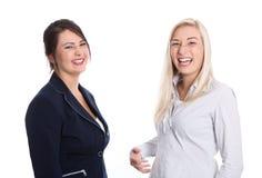 Porträt von zwei Frau Auszubildendem - Finanzgeschäft - lokalisiertes O Lizenzfreie Stockfotos