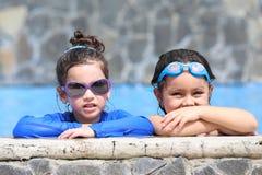 Porträt von zwei kleinen Mädchen im Pool Lizenzfreie Stockfotografie