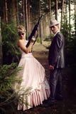 Porträt von zwei Verbrechern mit Gewehren Stockfotografie