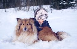 Portrtrait del invierno del bebé y del perro imágenes de archivo libres de regalías