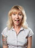 Porträts der jungen Frauen, glückliches überraschtes Eil Lizenzfreie Stockbilder
