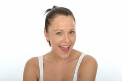 Porträts einer glücklichen schönen jungen Frau, welche die Kamera betrachtet Stockbild