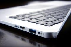 Ports et connexions d'un ordinateur portable images stock