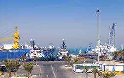 Portsikt med förtöjde skepp, Saudiarabien Arkivfoto