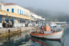 Portsikt och fiskebåt Royaltyfria Bilder
