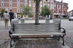 Portsmouth, 30th Czerwiec: Pamiątkowa Drewniana ławka od śródmieścia Portsmouth w New Hampshire usa obrazy stock