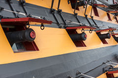 PORTSMOUTH UK - AUGUSTI 14: HMS Victory Cannons, Nelsons flagsh arkivbild
