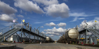 Portstångpäfyllningen och avlastning av Chemical liqui Royaltyfri Fotografi