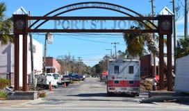 PortSt Joe Welcome Gate med Röda korsetlastbilen royaltyfria foton