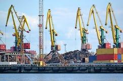 Portstaffli på päfyllning för restmetall Kaliningrad handelhamnstad Royaltyfri Bild