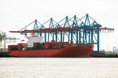 Portterminal för ladda och offloading skepp Royaltyfri Foto