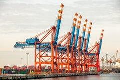 Portterminal för ladda och offloading skepp Arkivfoto