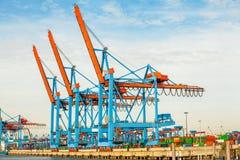 Portterminal för ladda och offloading skepp Arkivfoton