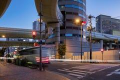 Porttornbyggnad i Osaka It är noterbar för huvudvägofframpen på den Umeda utgången som passerar igenom arkivfoto