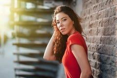Porttrait лета внешнее молодой милой девушки представляя на заходе солнца в городе Стоковая Фотография RF