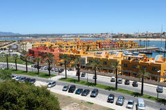 portugal Algarve Portimao Gula byggnader på bakgrund för blått vatten den konstnärliga detaljerade eiffel ramen france horisontal Royaltyfria Foton