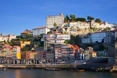 Portugal. Cidade de Porto. Vista da terraplenagem do rio de Douro Imagens de Stock Royalty Free