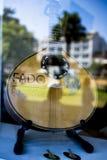 Portugal, el 20 de agosto de 2018: la guitarra de la forma inusual para el funcionamiento del Fado está detrás del vidrio del esc foto de archivo