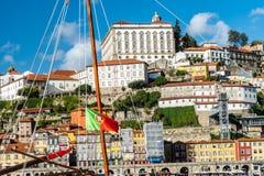 Portugal falg met porto stad op de achtergrond stock fotografie