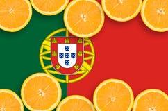 Portugal flagga i citrusfruktskivahorisontalram arkivfoto