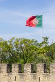Portugal flagga i Sao Jorge Castle Royaltyfria Foton