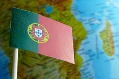 Portugal flagga med en jordklotöversikt som en bakgrund Arkivfoto