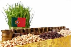 Portugal flagga som vinkar med bunten av pengarmynt och högar av vete Royaltyfri Bild