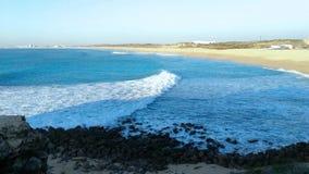 Portugal heeft een kustlijn met vele kilometers mooie stranden stock video