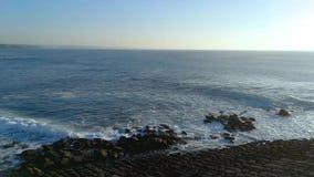 Portugal heeft een kustlijn met vele kilometers mooie stranden stock footage