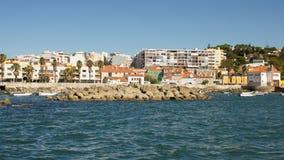 Portugal, kustweg (Marginaal Estrada) tussen Lissabon, Estoril en Cascais viewd van het overzees Stock Afbeelding