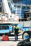 Portugal, Lisboa 29 de abril de 2018: agente da polícia ou inspetor ou agente da autoridade no terreno de construção foto de stock royalty free